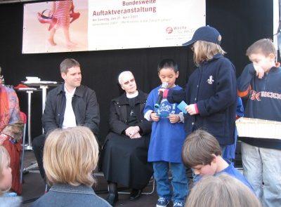 Die Kinder stellen Fragen an Gott.